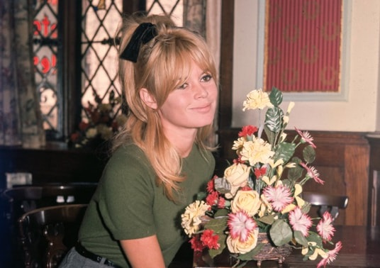 Brigitte Bardot semirecogido lazo negro